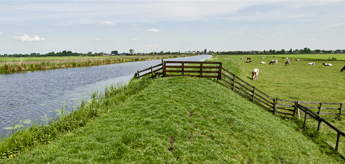 Dijk door landschap